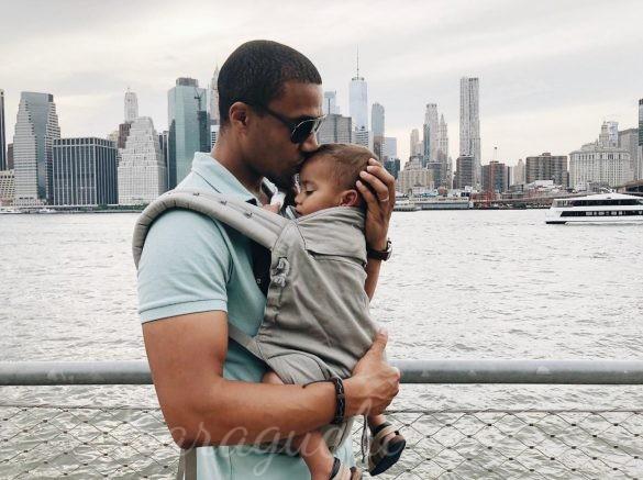 Porteo de bebé con mochila en Liberty Island, Nueva York