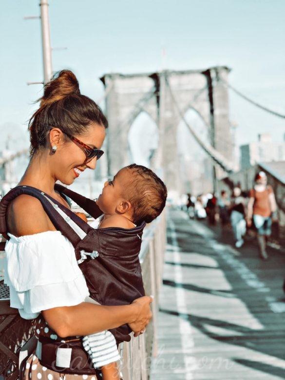 Porteo de bebé con mochila en el Puente de Brooklyn, Nueva York