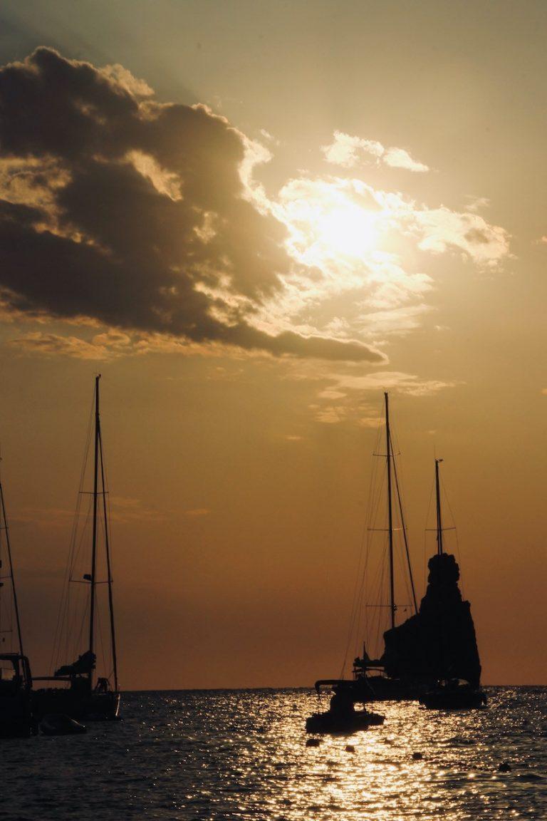 Barcos en la puesta de sol en Cala Benirràs