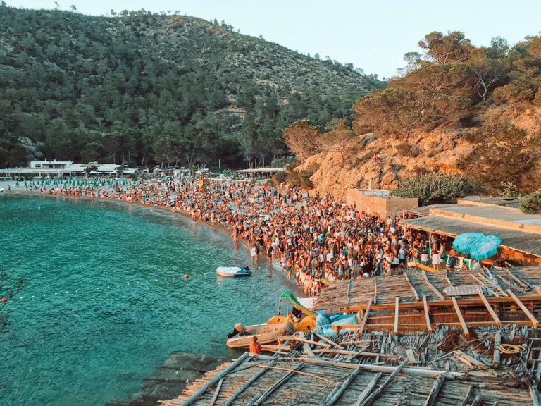 Fiesta de los tambores durante la puesta de sol en Cala Benirràs