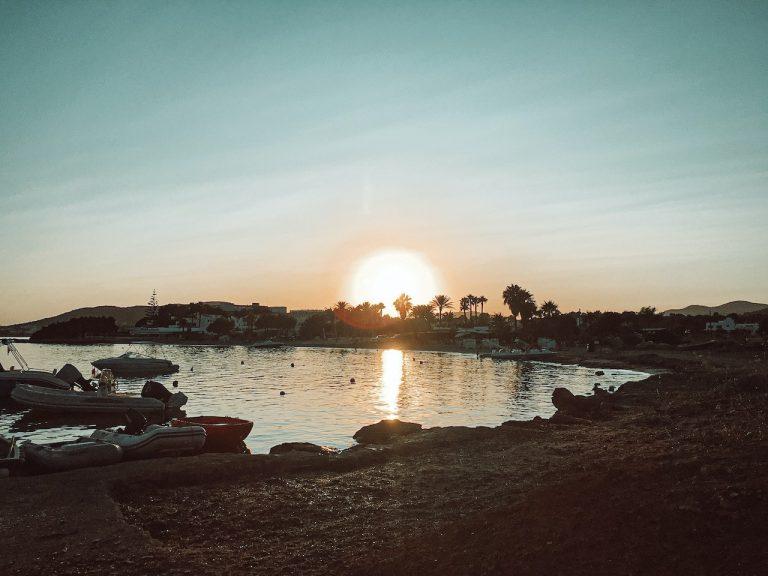 Puesta de sol en el chiringuito Chirincana de Es Canar