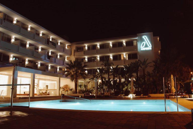 Piscina del Hotel Anfora Ibiza de noche