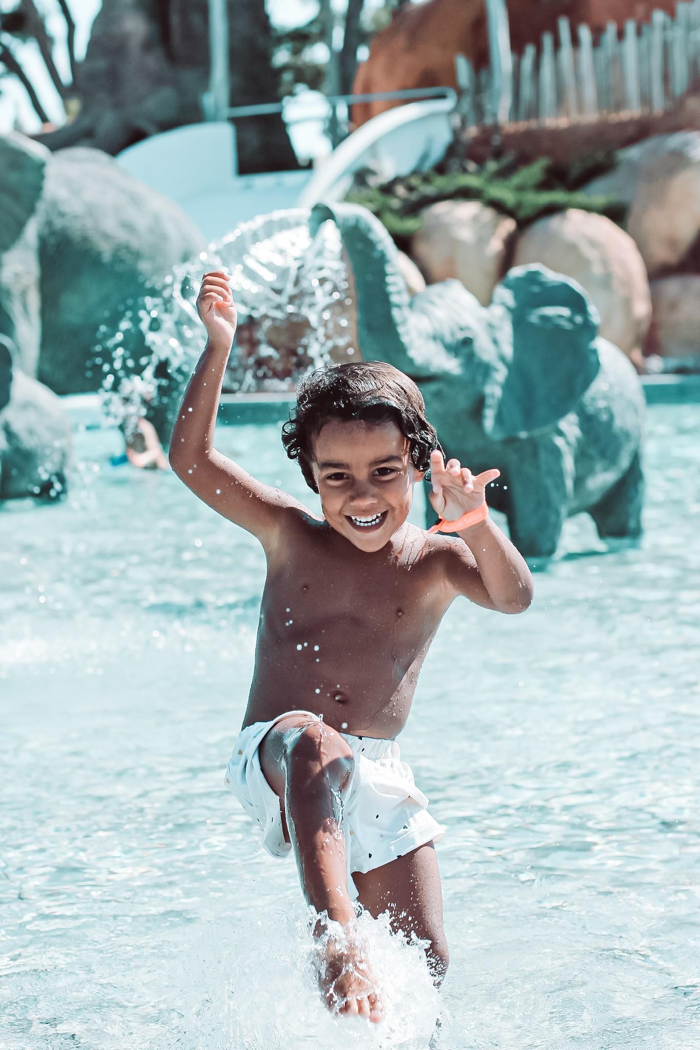 Bruno salpicando en la Africa Pool del Camping & Resort Sangulí Salou