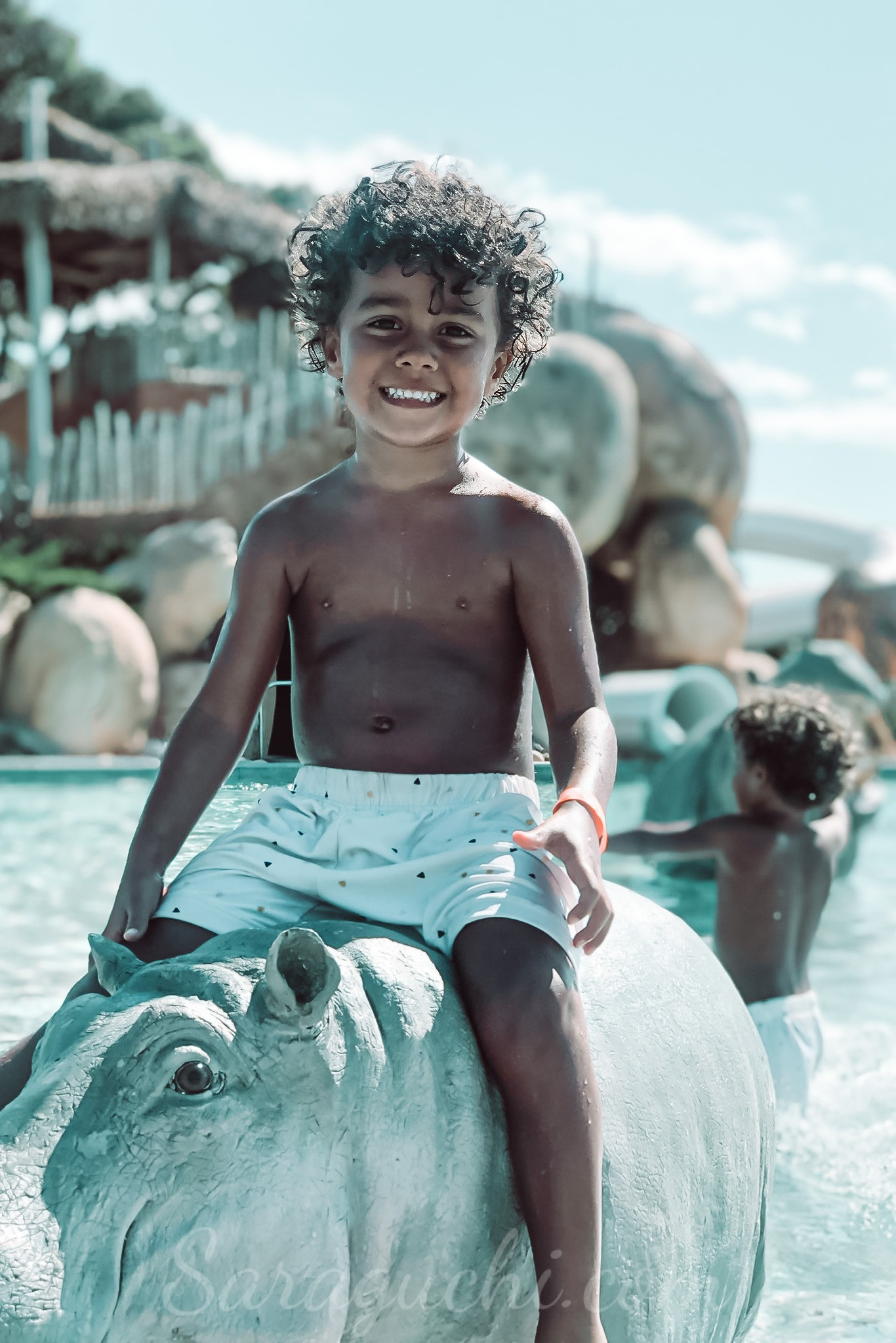 Hugo encima de un hipopótamo en la Africa Pool del Camping & Resort Sangulí Salou