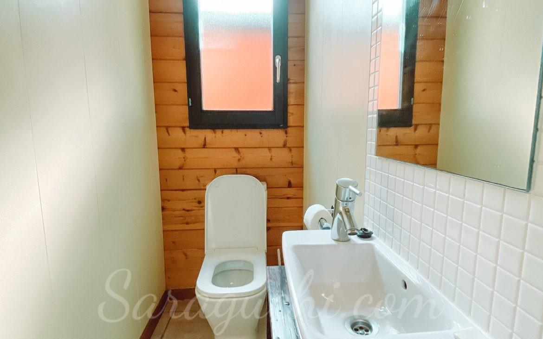 Lavabo con wc de la Villa Paradise del Caribe del Camping & Resort Sangulí Salou