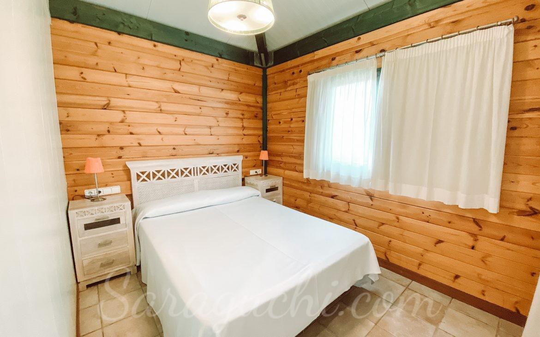 Habitación de matrimonio de la Villa Paradise de la zona del Caribe del Camping & Resort Sangulí Salou