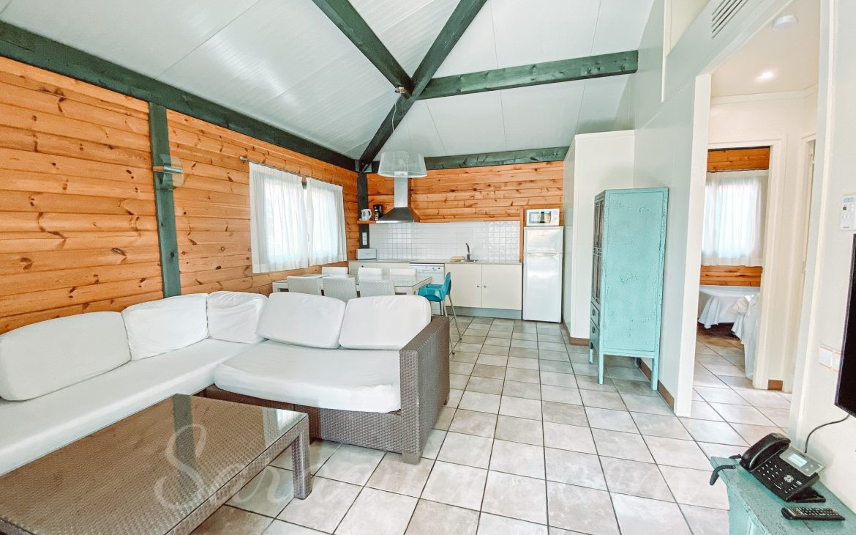 Salón-Comedor-Cocina de la Villa Paradise de la zona del Caribe del Camping & Resort Sangulí Salou