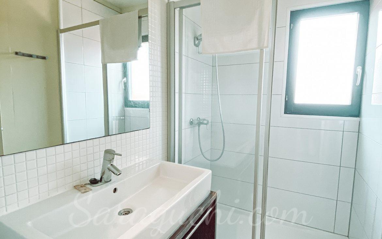 Lavabo con ducha de la Villa Paradise de la zona del Caribe del Camping & Resort Sangulí Salou