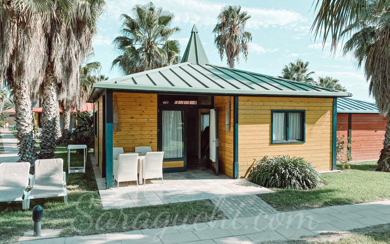 Villas Paradise amarilla y verde de la zona del Caribe del Camping & Resort Sangulí Salou