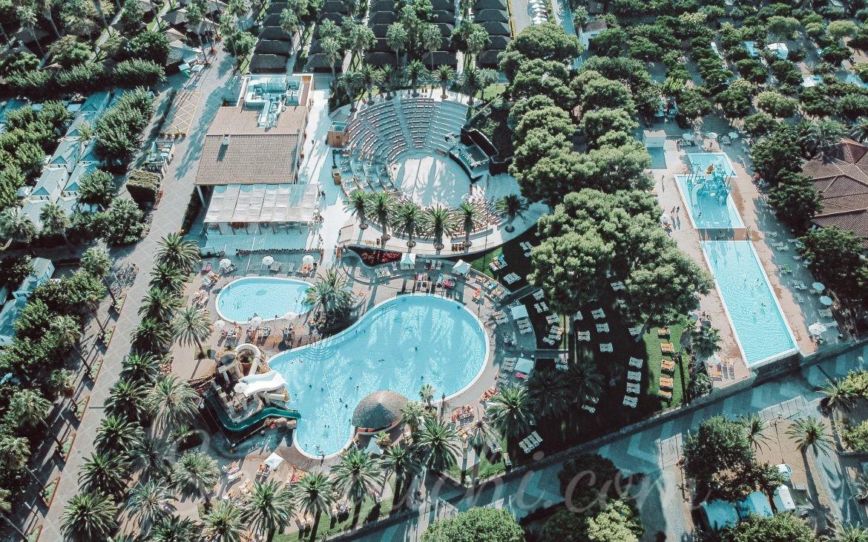 Vista aérea de la Fiesta Pool y la Guli Pool del Camping & Resort Sangulí Salou