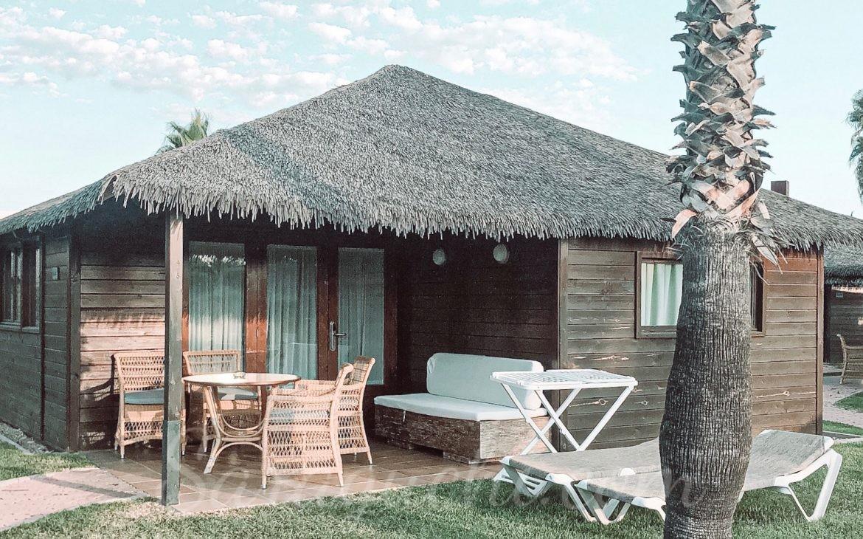 Bungalows Tahiti de la zona de La Polinesia del Camping & Resort Sangulí Salou