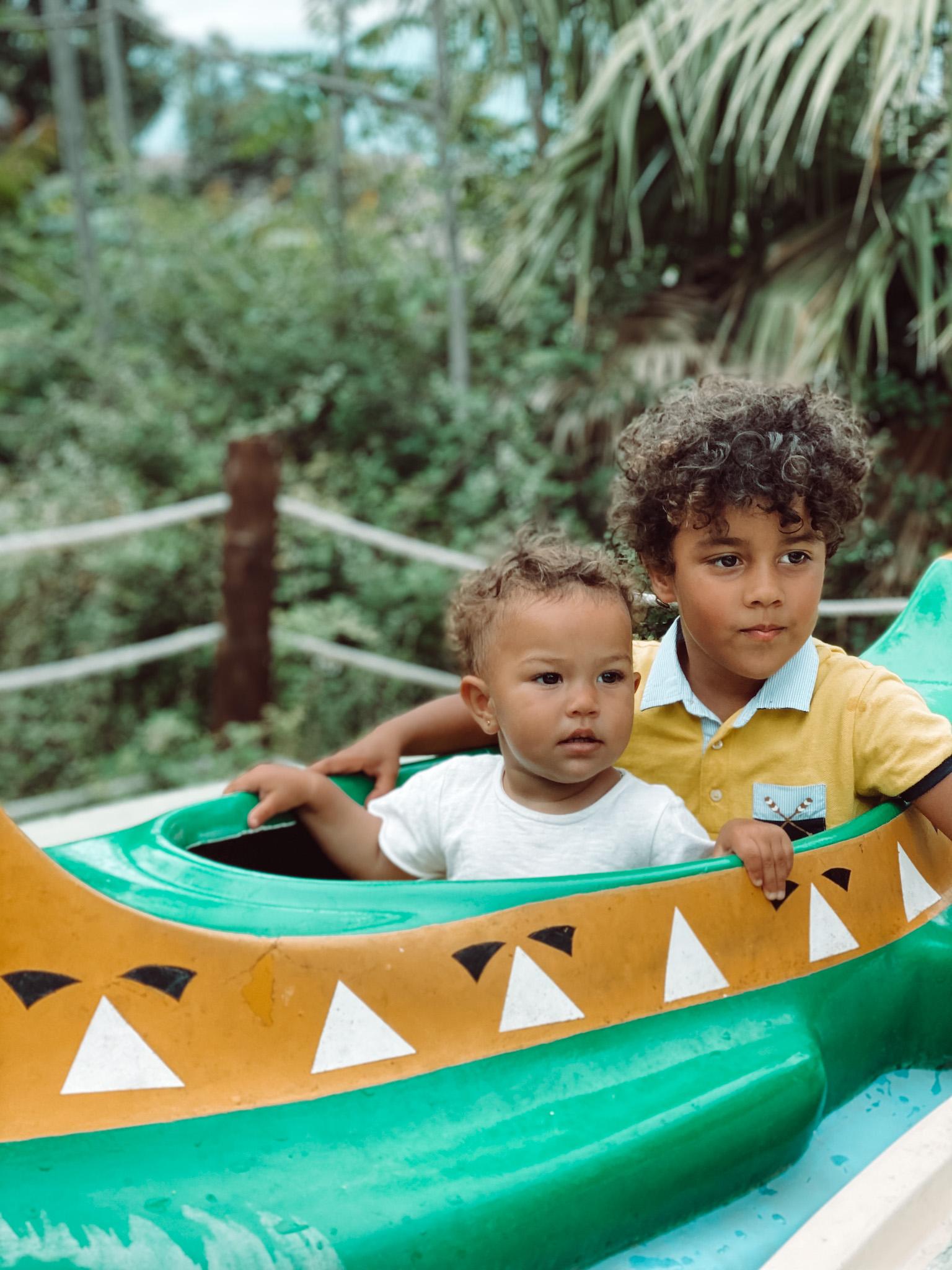 India y Bruno en las Canos infantiles de la Polinesia