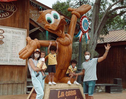 Figura en la entrada de la casa de Woody en el Far West de PortAventura